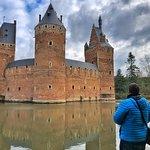 ¡Qué belleza de castillo el de Beersel! A escasos kilómetros de Bruselas, en el sur del Brabante flamenco y parte de una ruta formidable por esa Flandes menos conocida que estoy llevando a cabo.