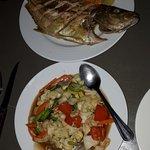 gegrillter Fisch und Gemüse