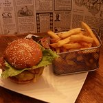 Notre burger BTC ( bacon, tomato, cheese) et ses frites