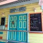 Photo de Shakers Bar & Grill