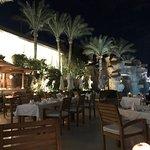 Отличное место для отдыха, с отличным выходом на места для снорклинга. Разнообразная еда, коктейли и программы на вечер и днём, и на пляже!