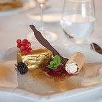 Lingote de chocolate relleno de mousse de vainilla.