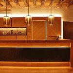 Bar del restaurante. Diseño contemporáneo integrado en arquitectura tradicional ibicenca.