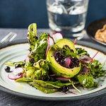 AVOKAADO SALAT Salati mix, avokado, punane redis, mustsõstar, kinoa, mesi, oliiv õli