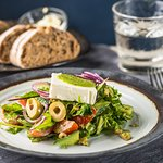 KREEKA SALAT Salati mix, feta juust, punane paprika, kirss tomatid, punane sibul, oliivid, pesto, kreeka pähklid
