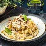 PASTA CARBONARA  Peekon, sibul, muna, petersell, koorekaste, juust Grana Padano, basiilik