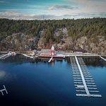 Deler av havna ved Hankø Seilerkro. I tillegg en longsidebrygge ut mot sundet. Foto: Lars J. Lar