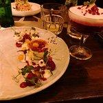 Crème brûlée van geitenkaas met gazpacho van rode biet en espuma van gin tonic