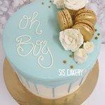 """""""Oh Boy"""" Een babyblauwe drip cake voor het bekendmaken van het geslacht, babyshower of de geboorte.  Smaken, kleuren en tekst kunnen naar wens aangepast worden."""