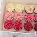 Mini cupcakes getopt als een roosje.  Smaken en kleuren kunnen naar wens aangepast worden.