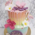 Tropische flamingo cake met flamingo koekjes en suikerbloemen.  Smaken, kleuren en tekst kunnen naar wens aangepast worden.