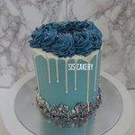 Blauwe drip cake  Smaken, kleuren en tekst kunnen naar wens aangepast worden.