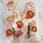 Letter Cake M  Smaken, kleuren en tekst kunnen naar wens aangepast worden.
