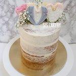 Semi naked trouwtaart met icing koekjes en verse bloemen  Smaken, kleuren en tekst kunnen naar wens aangepast worden.