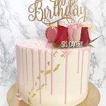 Drip cake met verse rozen en een taarttopper  Smaken, kleuren en tekst kunnen naar wens aangepast worden.
