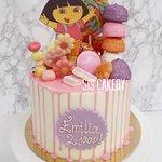 Dora snoeptaart  Smaken, kleuren en tekst kunnen naar wens aangepast worden.