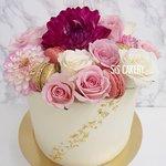 Verse bloemen taart met macarons en 24k bladgoud  Smaken, kleuren en tekst kunnen naar wens aangepast worden.