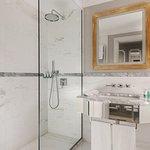 Deluxe Contemporary - Bathroom