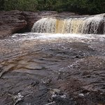 Cachoeira Sucuriju. Não se pode entrar nessa área. a queda dagua atravessa o outro lado por dentro de uma pedra . simplesmente some e reaparece, incrível.