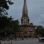 Wat Chalong von weitem