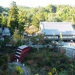 方広寺の全景。右手に鐘楼、中央やや左に赤い鉄橋。