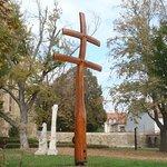 крест в парке около храма