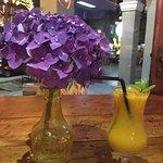 Delícia de drink e a linha hortênsia decorando a mesa!!! Santo Bistrô e Café vale muito!!!