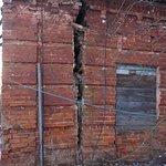 Трещина в стене и подпорка