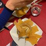 Piccolo omaggio composto da una crema di ceci con cialde croccanti