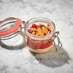 Crumble de fresa y ruibarbo tibio con crema inglesa