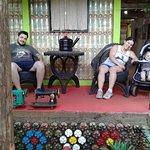 En la foto estamos sentados en asientos reciclados de neumáticos
