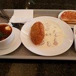 Солянка, котлета рыбная, помидоры с моцареллой, лепешка с творогом
