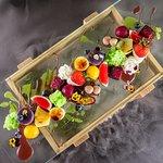 绿野仙踪——精致的手工甜品拼盘,所有甜品均为厨师亲手制作,因为摆盘和干冰的效果像极了一座秘密的花园,遂得名
