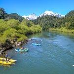 OutdoorPatagonia Todas nuestras excursiones cuentan con la mejor seguridad, guías altamente capacitados, cataraft y kayaks que apoyan a tener una experiencia divertida y segura.