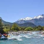 OutdoorPatagonia rafting en el hermoso Río Azul con la vista panorámica de la maravillosa montaña Las Tres Monjas.