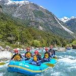 OutdoorPatagonia Rafting en el Río Azul en Futaleufú, la Patagonia Chilena. Hermoso río de agua de deshiele que nos asombra con su colo turquesa, sus montañas nevada y sus verdes bosques.