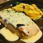 salmón con su salsa y patatas