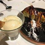 helados caseros y tarta de queso (llevaba crujiente de galleta y una pequeña salsa de frutos rojos)