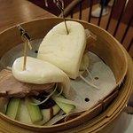 北京填鴨荷葉包($68)用竹籠上,鴨肉很厚很扎實,夾著青瓜條、京葱絲和填鴨醬,荷葉包很有彈性,鬆軟好吃,簡單又惹味。