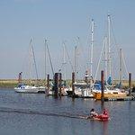 Otterndorfer Hafen, direkt vor dem Deich gelegen, ca. 250m von der Pension entfernt