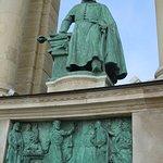 Statue et bas-relief