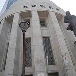 大阪取引所建物と五代友厚像