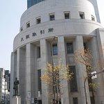 大阪取引所建物を交差点反対側から