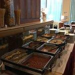 Pequeno almoço Chinês, massas, batatas fritas, feijão,salsichas, ovo cozido, arroz