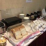 Pequeno almoço - pão, café, chá e manteiga