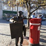 Foto van The Newspaper Vendor Statue
