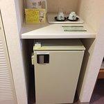 ファミリールームの冷蔵庫と湯沸しポット等