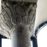 piccola colonna all'interno (in alto) di San Salvatore (capitello a foglie di palma)