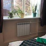 Семейный номер с возможностью заселения как для двоих так и для троих. В уютном номере в нейтральных спокойных тонах имеется двухспальная кровать и односпальное место на этажерке.Общая ванная комната с душем.Чистое белье, плед и полотенца. На всей территории бесплатный Wi-FI.