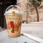 Ven por un café o un frappé en La Cantera Mercado